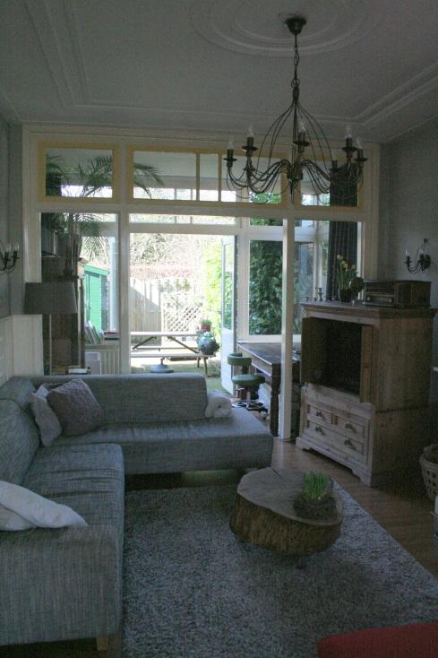 De woonkamer gezien richting de tuin