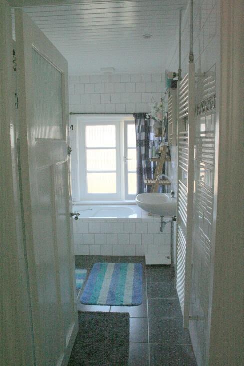 Badkamer gezien vanuit de gang